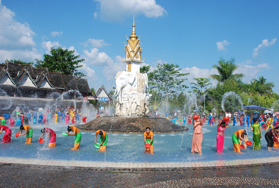 Mangshi festival of the Water-Splashing.jpg