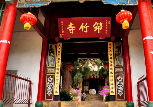 The gate of Qiongzu Temple