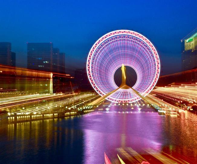 Visitors can walk leisure under the eye of tianjin or take a try to get up on the wheel