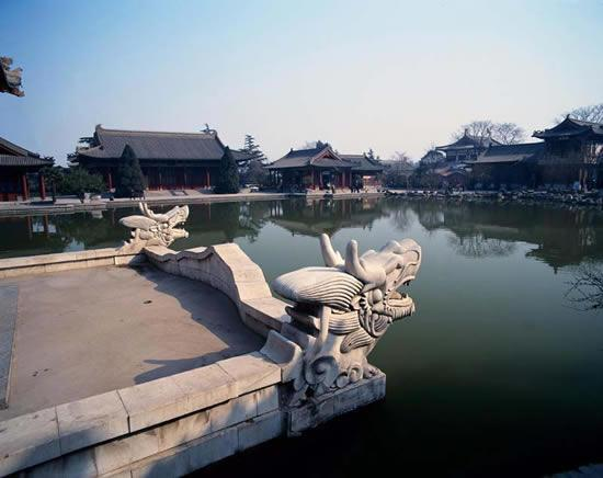 Discover China Tours offers you the best photos on Nine Dragon Lake in Huaqing Hot Springs,Xian.
